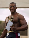 Campeão do body building com troféu Imagens de Stock Royalty Free