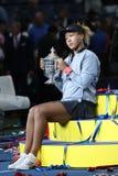 Campeão 2018 do US Open Naomi Osaka de Japão do Estados Unidos que levanta com o troféu do US Open durante a apresentação do trof foto de stock