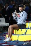 Campeão 2018 do US Open Naomi Osaka de Japão do Estados Unidos que levanta com o troféu do US Open durante a apresentação do trof fotos de stock