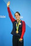 Campeão olímpico Madeline Dirado do Estados Unidos durante a cerimônia da medalha após a costas do ` s 200m das mulheres do Rio 2 Fotos de Stock Royalty Free