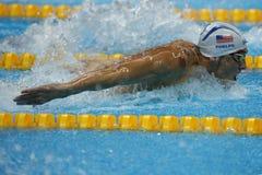 Campeão olímpico Michael Phelps do Estados Unidos que nada a borboleta dos 200m dos homens no Rio 2016 Jogos Olímpicos Fotos de Stock