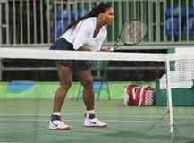 Campeão olímpico Serena Williams do Estados Unidos na ação durante fósforo do círculo dos dobros o primeiro do Rio 2016 Jogos Olí Imagem de Stock Royalty Free