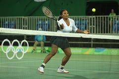Campeão olímpico Serena Williams do Estados Unidos na ação durante fósforo do círculo dos dobros o primeiro do Rio 2016 Jogos Olí Fotografia de Stock Royalty Free
