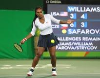 Campeão olímpico Serena Williams do Estados Unidos na ação durante fósforo do círculo dos dobros o primeiro do Rio 2016 Jogos Olí Imagem de Stock