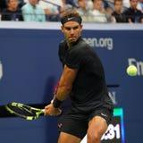 Campeão Rafael Nadal do grand slam da Espanha na ação durante seu fósforo do círculo do US Open 2017 segundo imagem de stock