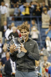Campeão Rafael Nadal do US Open 2013 que guardara o troféu do US Open durante a apresentação do troféu Foto de Stock Royalty Free