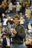 Campeão Rafael Nadal do US Open 2013 que guardara o troféu do US Open durante a apresentação do troféu Imagem de Stock Royalty Free