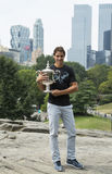 Campeão Rafael Nadal do US Open 2013 que levanta com o troféu do US Open no Central Park Fotografia de Stock Royalty Free