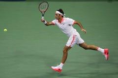 Campeão Roger Federer do grand slam de dezessete vezes de Suíça na ação durante seu fósforo no US Open 2015 Imagens de Stock Royalty Free