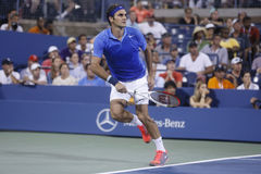 Campeão Roger Federer do grand slam de dezessete vezes durante o quarto fósforo do círculo no US Open 2013 Fotografia de Stock Royalty Free