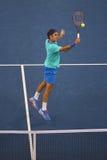 Campeão Roger Federer do grand slam de dezessete vezes durante o terceiro fósforo do círculo no US Open 2014 Fotos de Stock Royalty Free