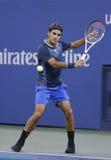 Campeão Roger Federer do grand slam de dezessete vezes durante o terceiro fósforo do círculo no US Open 2013 contra Adrian Mannari foto de stock royalty free