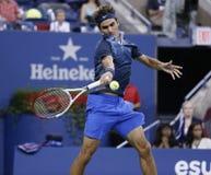 Campeão Roger Federer do grand slam de dezessete vezes durante o terceiro fósforo do círculo no US Open 2013 contra Adrian Mannari Fotos de Stock Royalty Free
