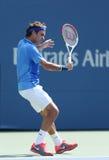 Campeão Roger Federer do grand slam de dezessete vezes durante seu primeiro fósforo do círculo no US Open 2013 Imagem de Stock Royalty Free