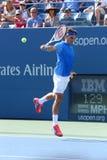 Campeão Roger Federer do grand slam de dezessete vezes durante seu primeiro fósforo do círculo no US Open 2013 Foto de Stock
