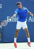 Campeão Roger Federer do grand slam de dezessete vezes durante seu primeiro fósforo do círculo no US Open 2013 contra Grega Zemlja Fotografia de Stock Royalty Free