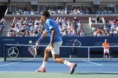 Campeão Roger Federer do grand slam de dezessete vezes durante seu primeiro fósforo do círculo no US Open 2013 contra Grega Zemlja Imagens de Stock Royalty Free