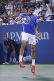 Campeão Roger Federer do grand slam de dezessete vezes durante seu quarto fósforo do círculo no US Open 2013 contra Tommy Robredo Imagem de Stock Royalty Free