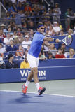 Campeão Roger Federer do grand slam de dezessete vezes durante seu quarto fósforo do círculo no US Open 2013 contra Tommy Robredo Imagens de Stock Royalty Free