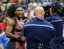 Campeão Serena Williams do grand slam de vinte um vezes durante a entrevista da tevê após o primeiro fósforo do círculo no US Ope Imagem de Stock Royalty Free