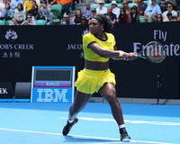 Campeão Serena Williams do grand slam de vinte um vezes na ação durante seu fósforo de quartos de final no australiano abre 2016 Imagens de Stock Royalty Free