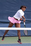 Campeão Serena Williams do grand slam de vinte um vezes na corte da prática no US Open 2015 no centro nacional do tênis Imagem de Stock Royalty Free