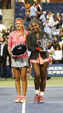 Campeão Serena Williams do US Open 2013 e corredor acima de Victoria Azarenka que guarda troféus do US Open após o final Fotos de Stock