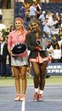 Campeão Serena Williams do US Open 2013 e corredor acima de Victoria Azarenka que guarda troféus do US Open após o final Fotos de Stock
