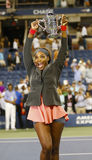 Campeão Serena Williams do US Open 2013 que mantém o troféu do US Open após sua vitória do final contra Victoria Azarenka Fotografia de Stock Royalty Free
