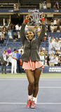 Campeão Serena Williams do US Open 2013 que mantém o troféu do US Open após sua vitória do final contra Victoria Azarenka Foto de Stock Royalty Free