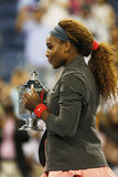Campeão Serena Williams do US Open 2013 que mantém o troféu do US Open após sua vitória do final contra Victoria Azarenka Fotos de Stock Royalty Free