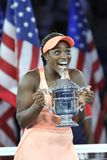 Campeão Sloane Stephens do US Open 2017 do Estados Unidos que levanta com o troféu do US Open durante a apresentação do troféu fotos de stock royalty free