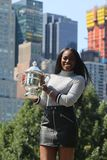 Campeão Sloane Stephens do US Open 2017 do Estados Unidos que levanta com o troféu do US Open no Central Park Imagem de Stock