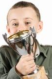 Campeón feliz que besa su trofeo fotos de archivo