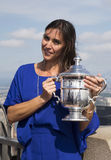Campeón Flavia Pennetta del US Open 2015 que presenta con el trofeo del US Open en el top de la plataforma de observación de la r Imagen de archivo libre de regalías
