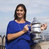 Campeón Flavia Pennetta del US Open 2015 que presenta con el trofeo del US Open en el top de la plataforma de observación de la r Fotografía de archivo