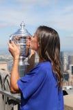 Campeón Flavia Pennetta del US Open 2015 que presenta con el trofeo del US Open en el top de la plataforma de observación de la r Foto de archivo