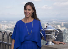 Campeón Flavia Pennetta del US Open 2015 que presenta con el trofeo del US Open en el top de la plataforma de observación de la r Fotos de archivo