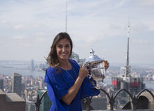 Campeón Flavia Pennetta del US Open 2015 que presenta con el trofeo del US Open en el top de la plataforma de observación de la r Imágenes de archivo libres de regalías