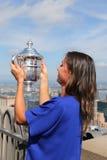 Campeón Flavia Pennetta del US Open 2015 que presenta con el trofeo del US Open en el top de la plataforma de observación de la r Imagenes de archivo
