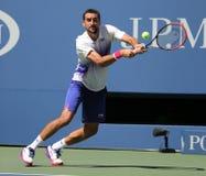 Campeón Marin Cilic del Grand Slam de Croacia en la acción durante su partido de la ronda 4 en el US Open 2015 en el centro nacio Imagenes de archivo