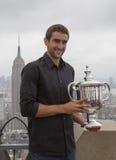 Campeón Marin Cilic del US Open 2014 que presenta con el trofeo del US Open en el top de la plataforma de observación de la roca  Fotografía de archivo