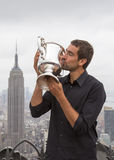 Campeón Marin Cilic del US Open 2014 que presenta con el trofeo del US Open en el top de la plataforma de observación de la roca  Imagen de archivo