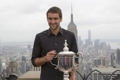 Campeón Marin Cilic del US Open 2014 que presenta con el trofeo del US Open en el top de la plataforma de observación de la roca  Foto de archivo libre de regalías