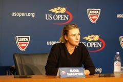 Campeón Mariya Sharapova del Grand Slam de cinco veces durante rueda de prensa antes del US Open 2014 Foto de archivo