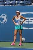 Campeón Mariya Sharapova del Grand Slam de cinco veces durante tercero partido de la ronda en el US Open 2014 contra Caroline Woz Fotografía de archivo