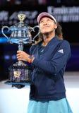 Campeón Naomi Osaka de Grand Slam de Japón que presenta con el trofeo de Abierto de Australia después de su victoria en partido f imagen de archivo