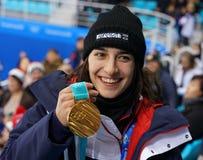 Campeón olímpico en los portalámparas gigantes Perrine Laffont del ` de las señoras de Francia que presenta con la medalla de oro fotografía de archivo libre de regalías