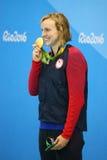 Campeón olímpico Katie Ledecky de los E.E.U.U. durante ceremonia de la medalla después de la victoria en el estilo libre de los 8 Foto de archivo libre de regalías