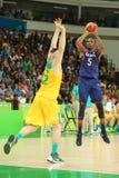 Campeón olímpico Kevin Durant del equipo los E.E.U.U. en la acción en el partido de baloncesto del grupo A entre el equipo los E. Imágenes de archivo libres de regalías
